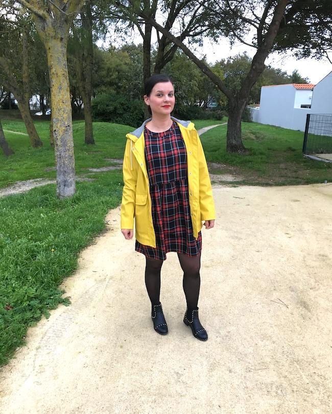 Look en ciré jaune et robe écossaise