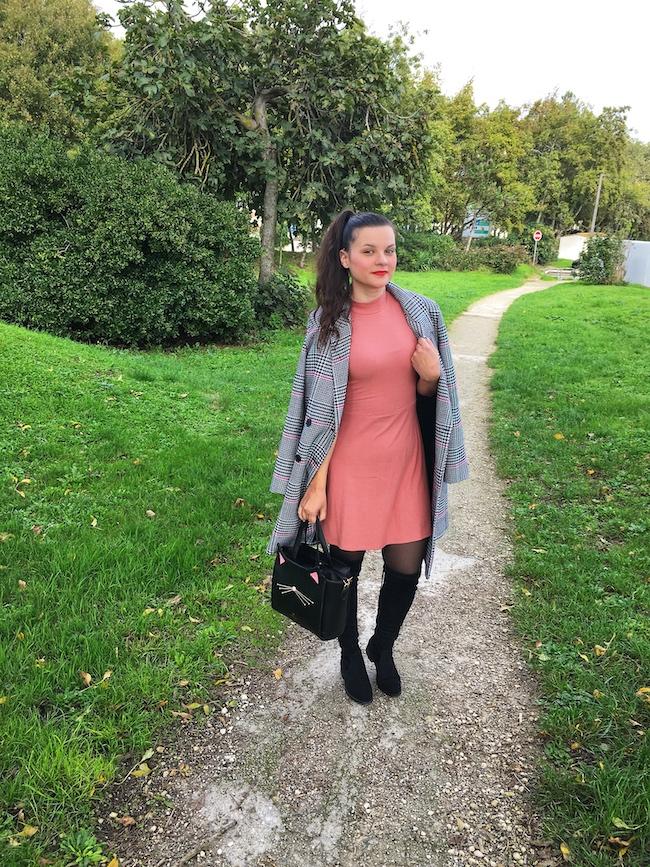 Look en manteau pied-de-poule, robe seventies et cuissardes