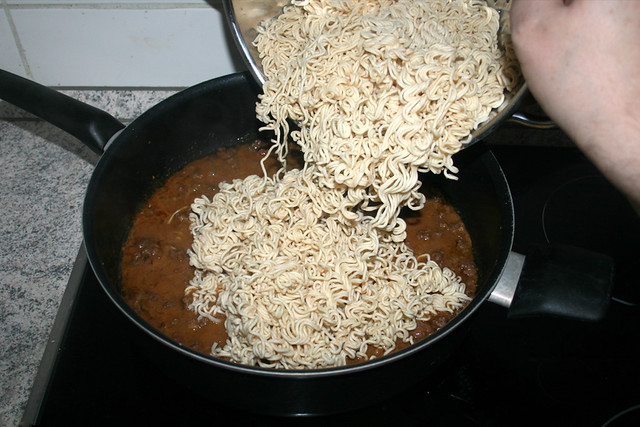 21 - Mie-Nudeln in Sauce geben / Add mie noodles to sauce