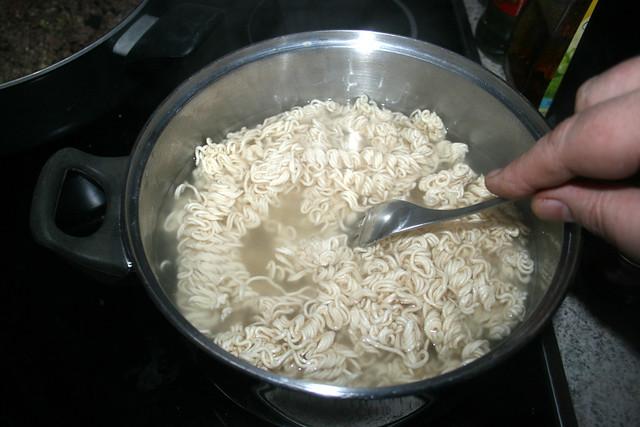 17 - Mie-Nudeln mit Gabel auseinanderziehen / Pull noodles apart with fork