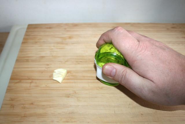 01 - Knoblauch zerkleinern / Mince garlic