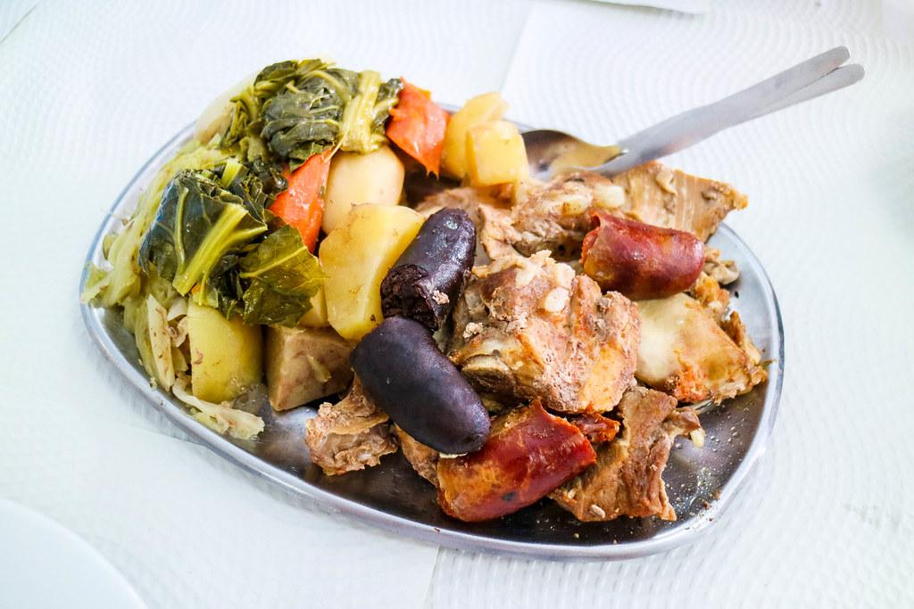 Cocido das Furnas es un plato típico de la isla de Sao Miguel, Azores