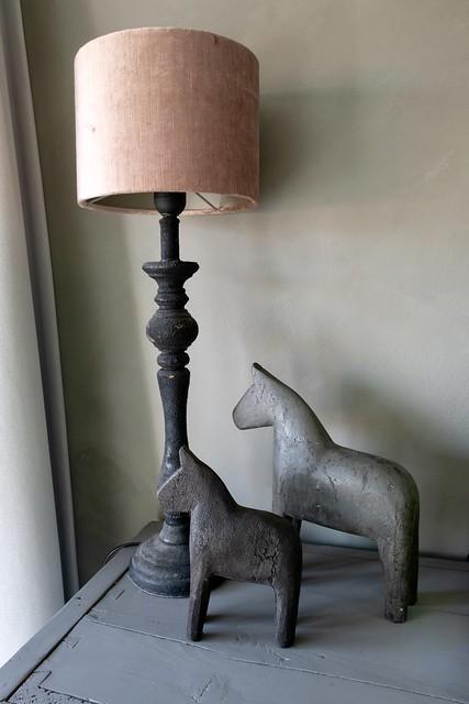 Lamp met oudroze velourskap meisjeskamer