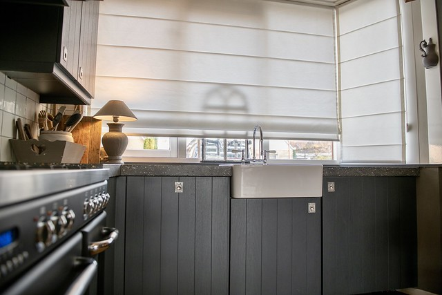 Landelijke keuken antraciet balusterlamp aanrecht vouwgordijn