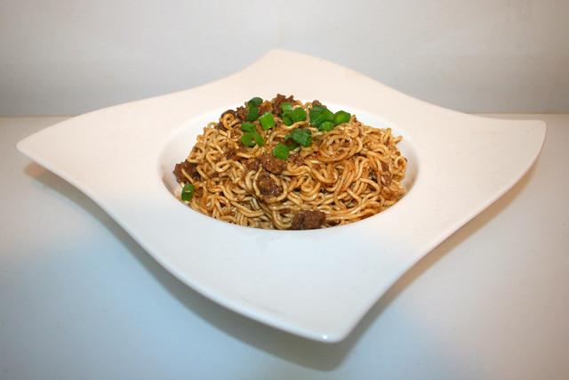 24 - Dan Dan noodles with beef - Side view / Dan Dan Nudeln mit Rinderhackfleisch - Seitenansicht