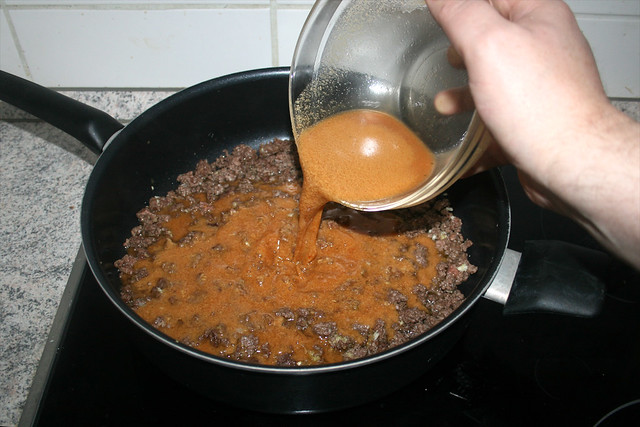 19 - Saucenmischung zum Hackfleisch geben / Add sauce mix to ground meat