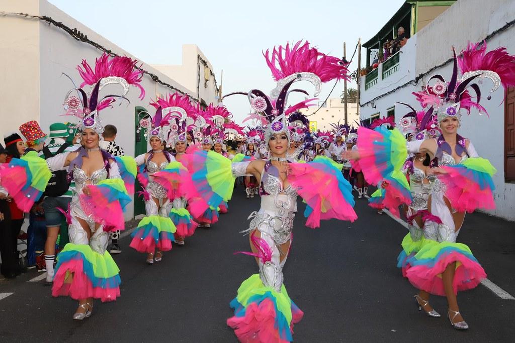 Resultado de imagen de Miles de carnavaleros disfrutan del desfile de carrozas de Haría