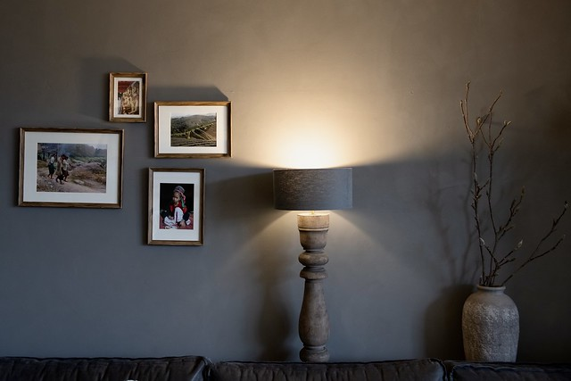 Kalkverf muur balusterlamp kruik met takken