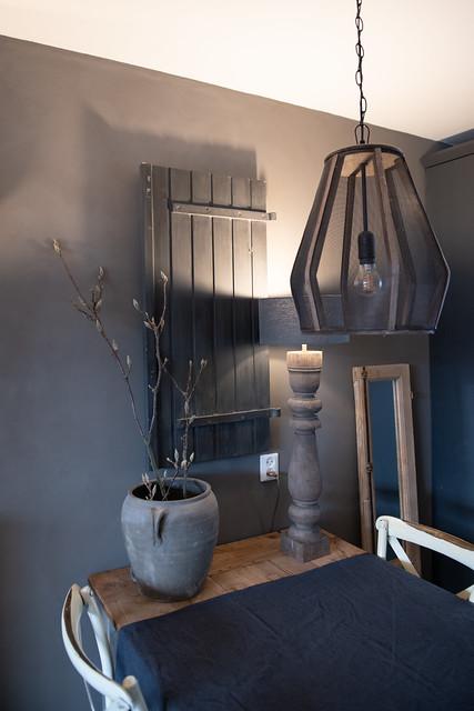 Houten luik muur kruik met takken balusterlamp