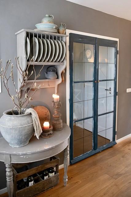 Halfronde sidetable bordenrek landelijk donkergroene glazen deur