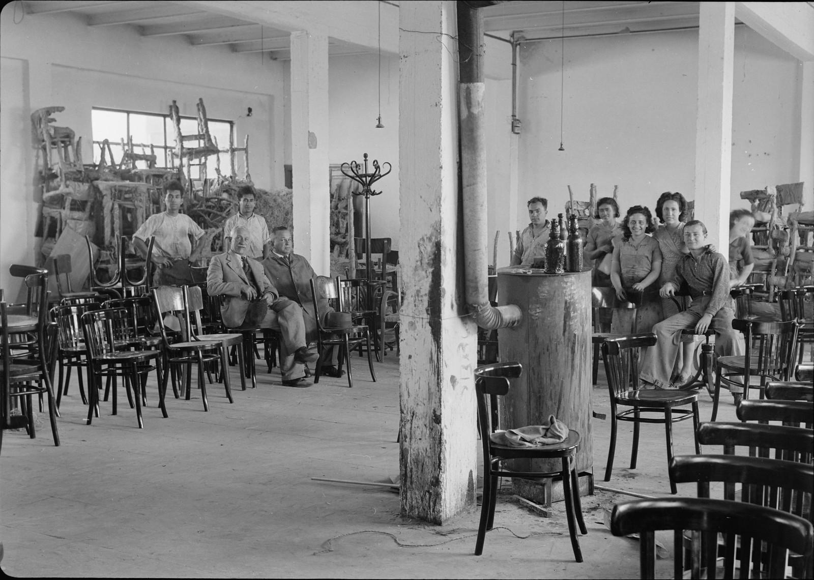 11. Мебельная фабрика в Холоне.  Работники предприяьтя