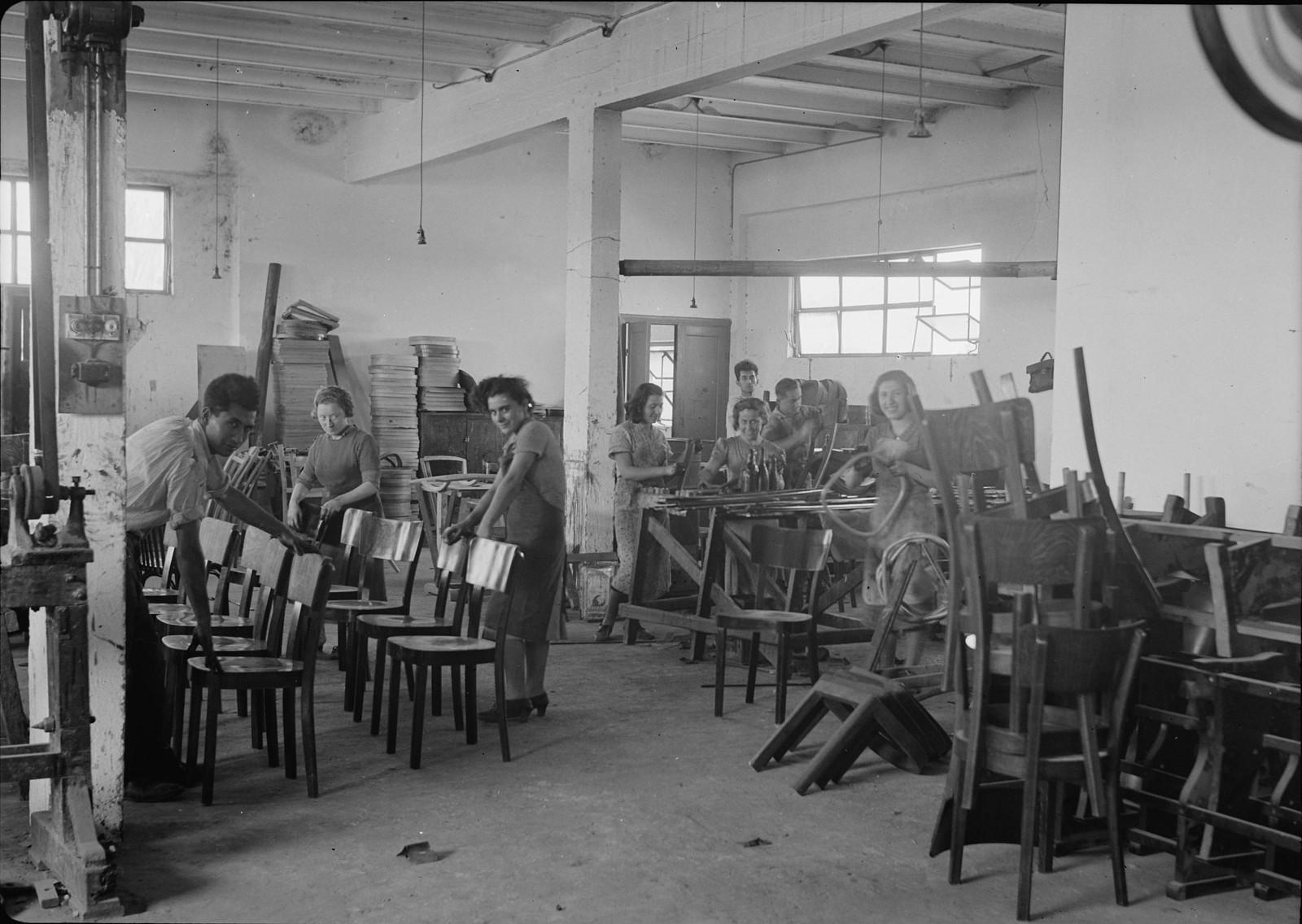 09. Мебельная фабрика в Холоне.  Полировка мебели