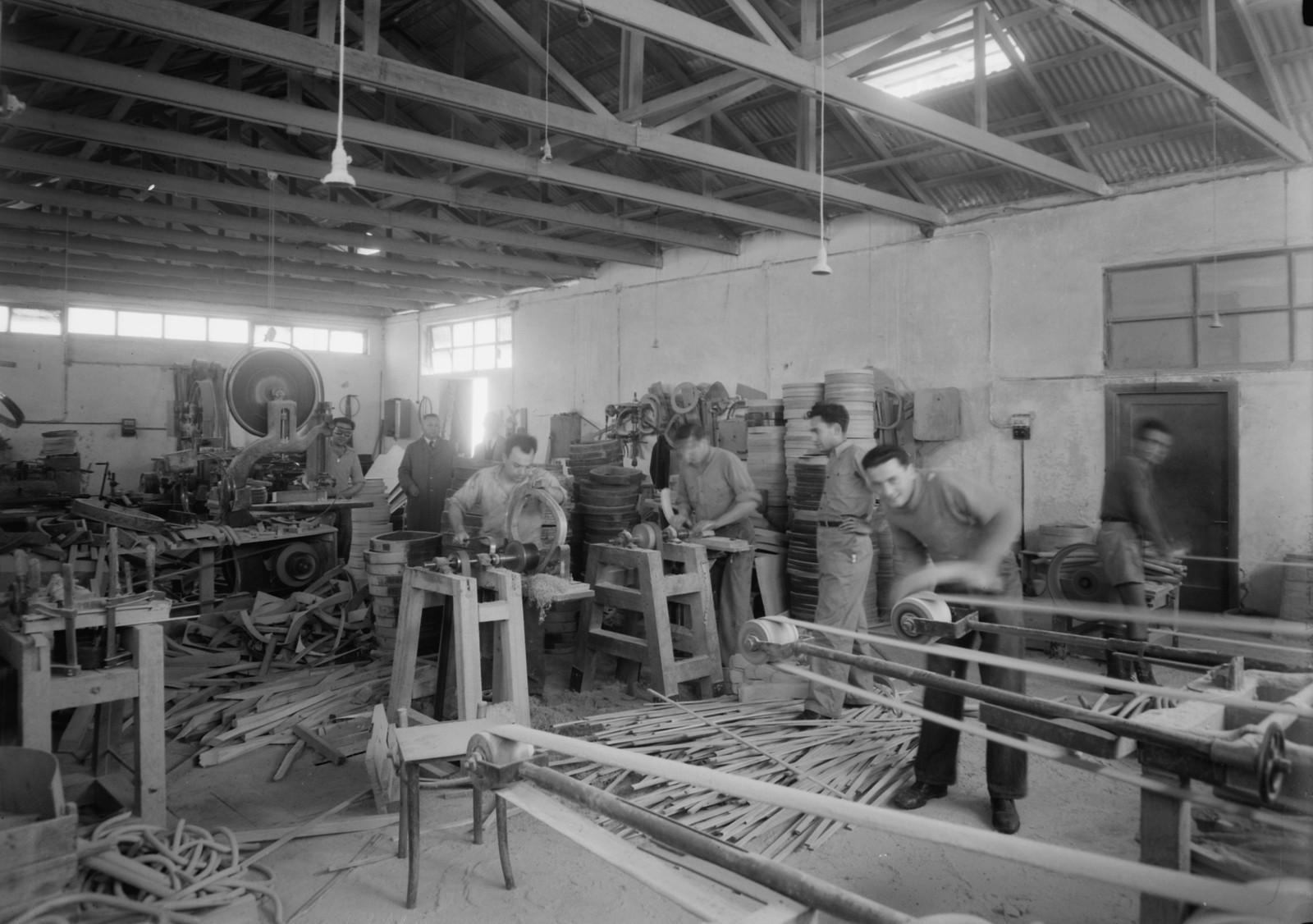 08. Мебельная фабрика в Холоне. Отделка частей стульев на станках