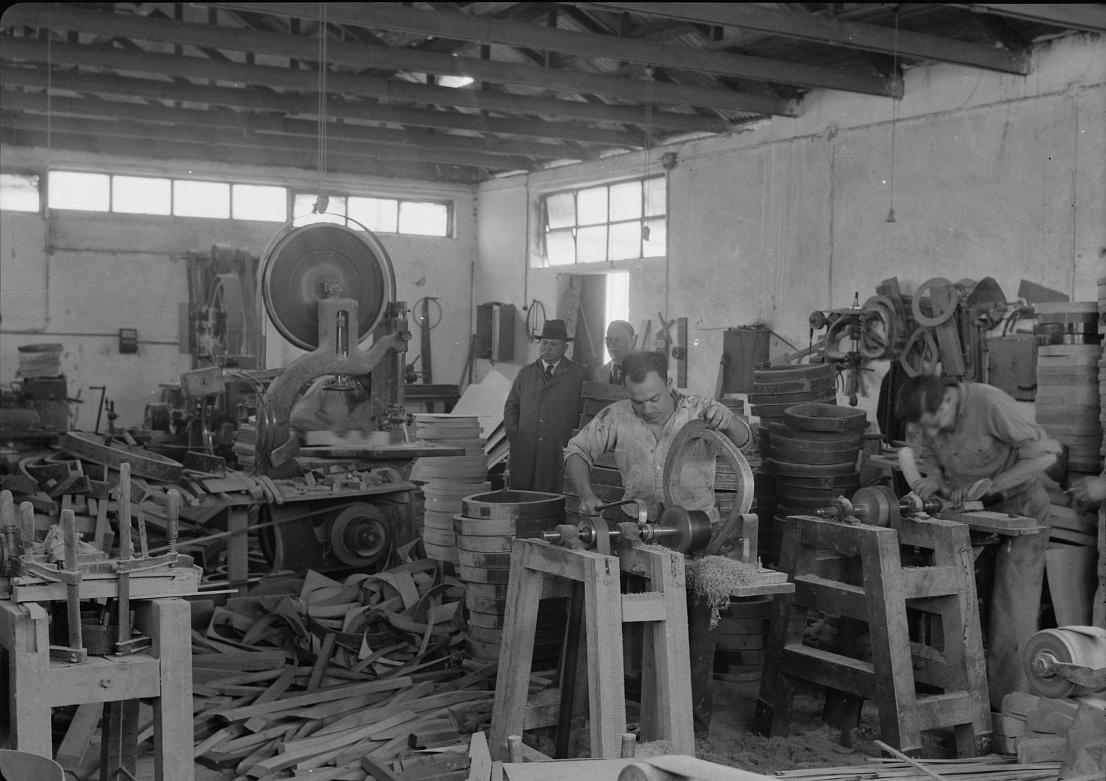 07. Мебельная фабрика в Холоне. Отделка частей стульев на станках