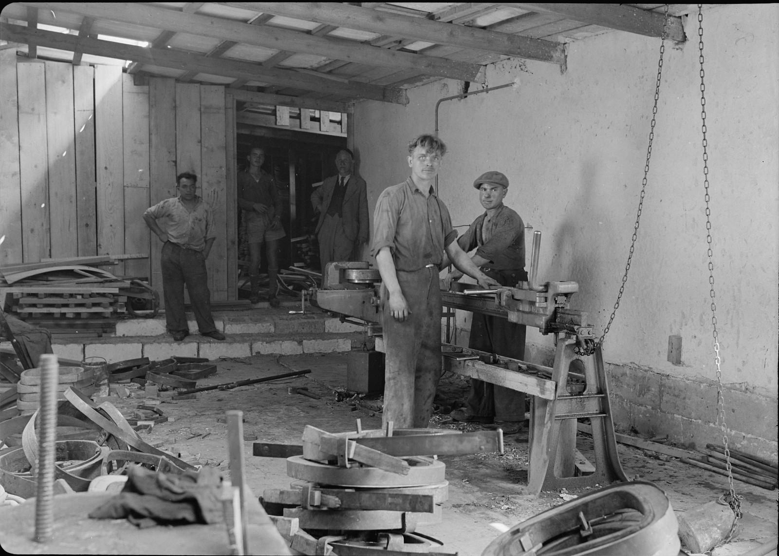 06. Мебельная фабрика в Холоне. Процесс сгибания древесины после пропаривания