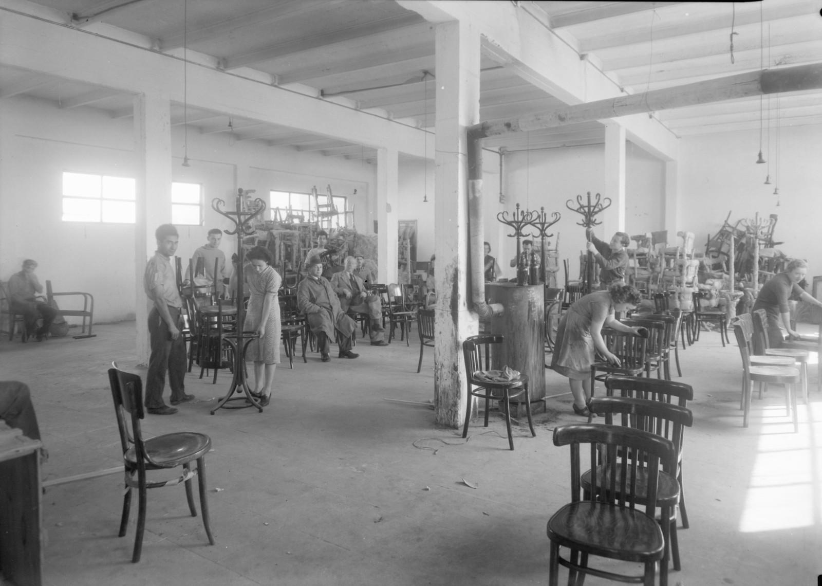 10. Мебельная фабрика в Холоне.  Полировка мебели