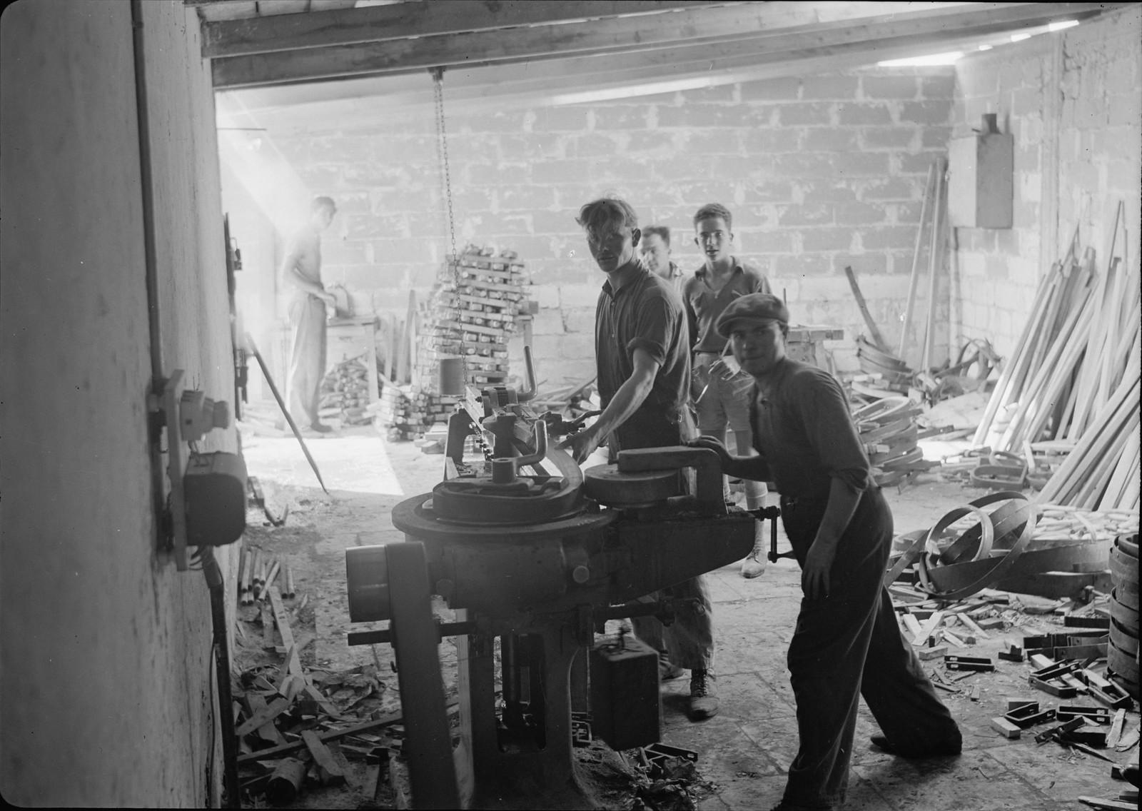 05. Мебельная фабрика в Холоне. Процесс сгибания древесины после пропаривания