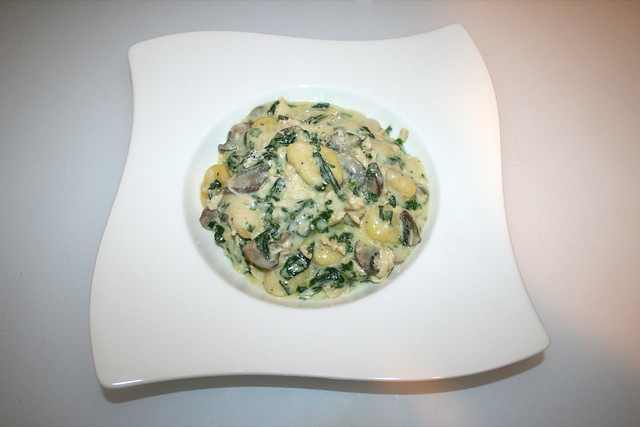 31 - Chicken gnocchi with mushrooms & spinach - Served / Hähnchen-Gnocchi mit Champignons & Spinat  - Serviert