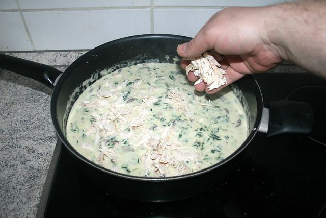 26 - Hähnchen in Sauce geben / Add chicken to sauce