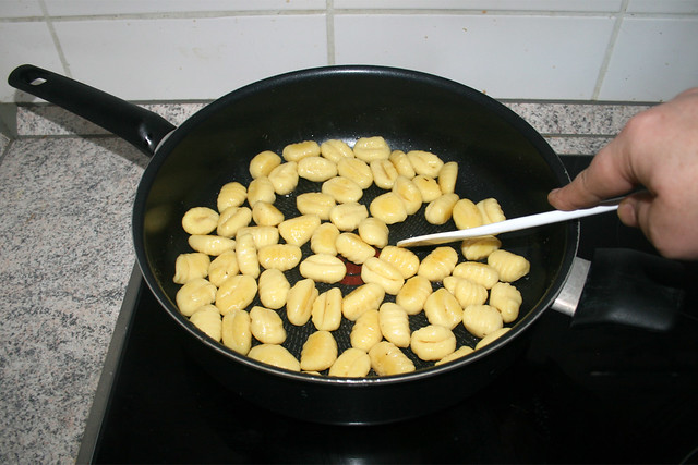 13 - Gnocchi goldbraun anbraten / Fry gnocchi golden brown