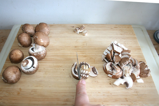 05 - Champignons in Scheiben schneiden / Cut mushrooms in slices