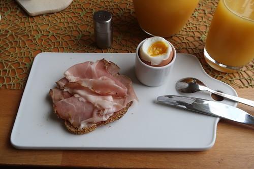 Geräucherter Bauernschinken auf Dinkelbrot zum Frühstücksei