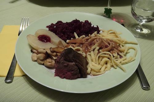 Rehrücken mit Spätzle, Rotkohl, Kräuterseitlingen und heißen Birnen (mein erster Teller)