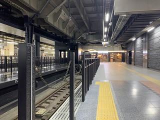 上野駅13番線ホーム 柵が四季島ロゴ付きに