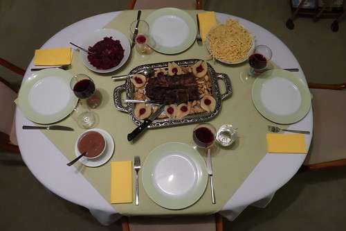 Rehrücken mit Spätzle, Rotkohl, Kräuterseitlingen und heißen Birnen (Tischbild)