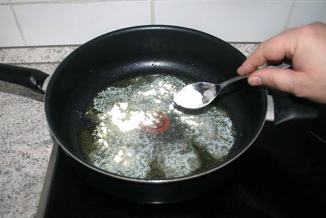 16 - Mehl einstreuen / Intersperse flour