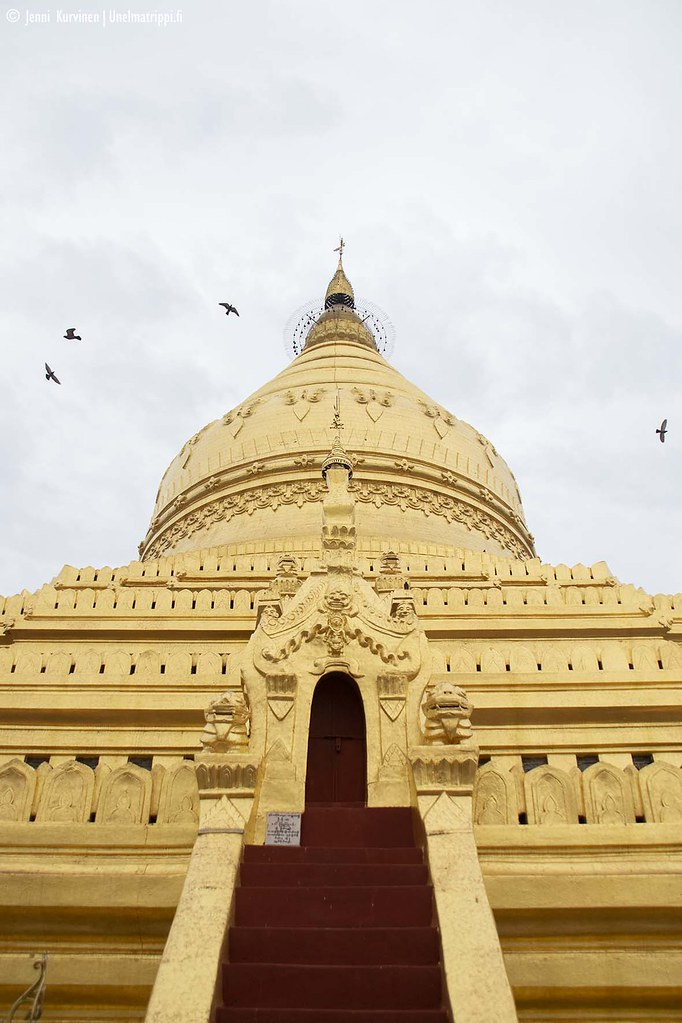 Shwezigonin kultainen stupa on komea.