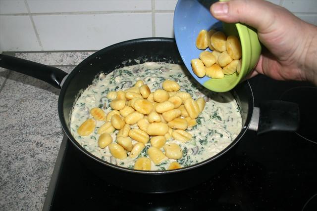 29 - Gnocchi in Sauce geben / Add gnocchi to sauce