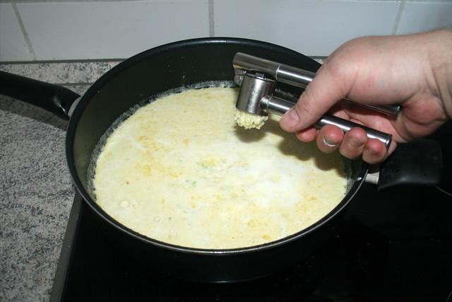 21 - Knoblauch dazu pressen / Squeeze garlic