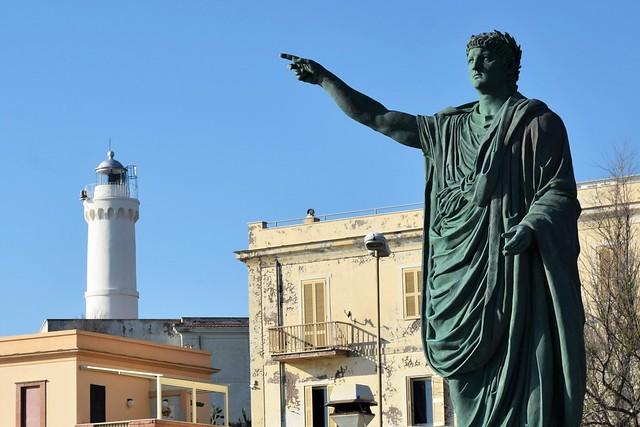 Un tempo Nerone indicava la via da seguire ! Ora lo fa un faro... (declino dell'impero)