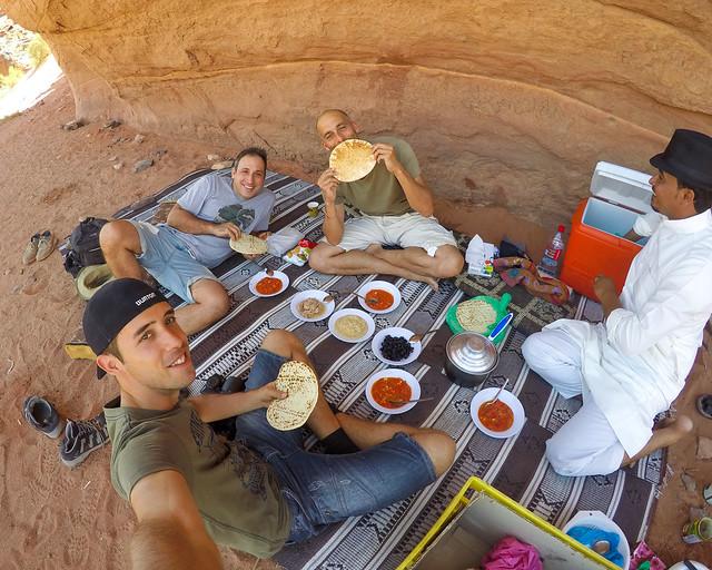 Con un beduino en Wadi Rum a la hora de comer