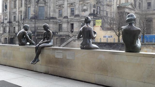 1988 Berlin-O. drei Mädchen und Knabe Brunnenfiguren von Wilfried Fitzenreiter Bronze Spreeufer am Dom-Aquarée Vera-Brittain-Ufer Burgstraße in 10178 Mitte
