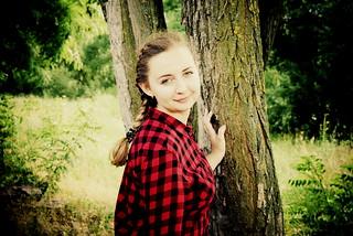 возле дерева