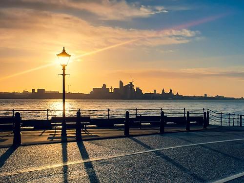 sunrise dawnphotography victorianlamppost promenade liverpool liverpoolskyline uk wirral egremont amateurphotography phonephotography ambersky rivermersey warmth