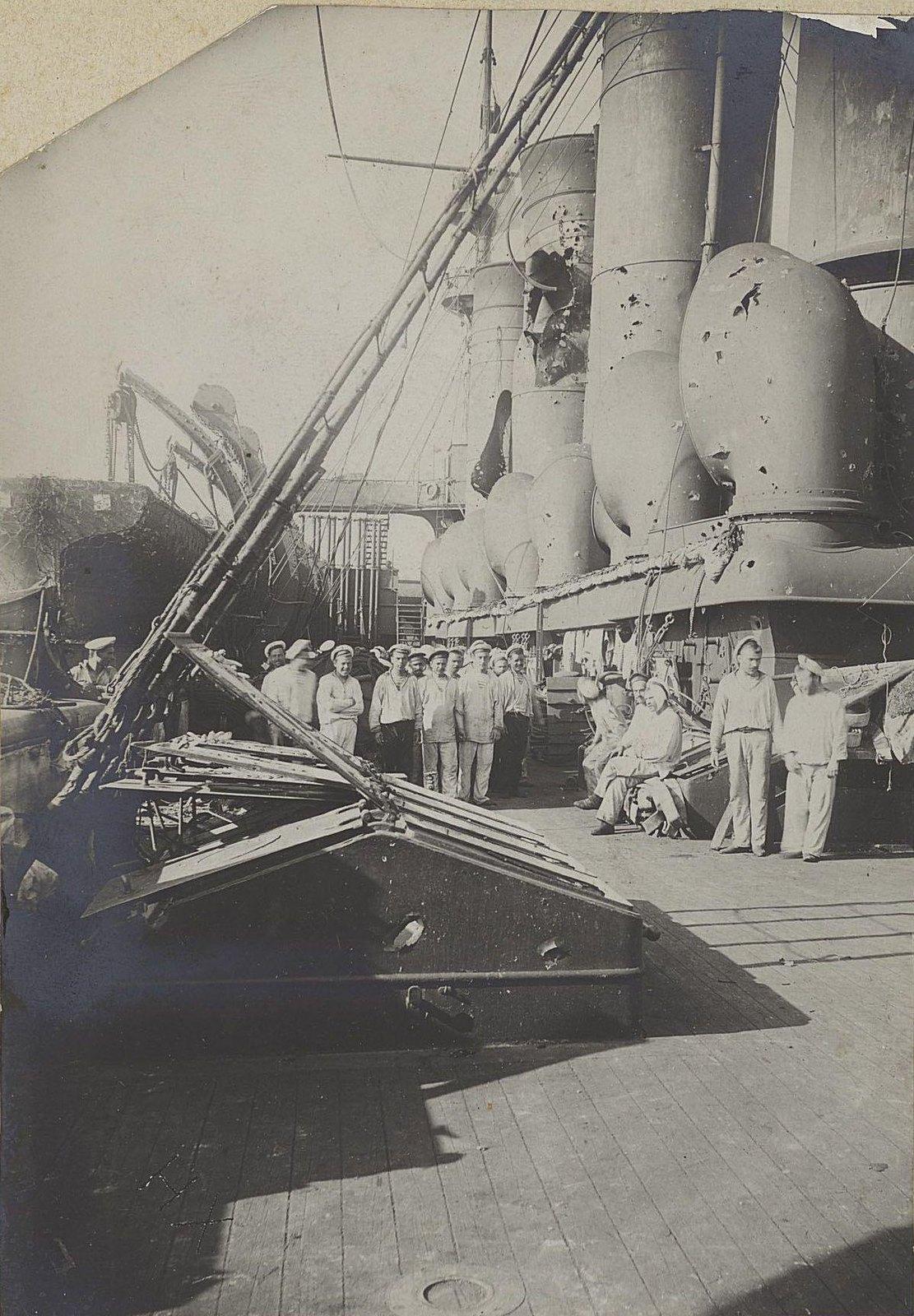 Матросы на палубе повреждённого в бою корабля