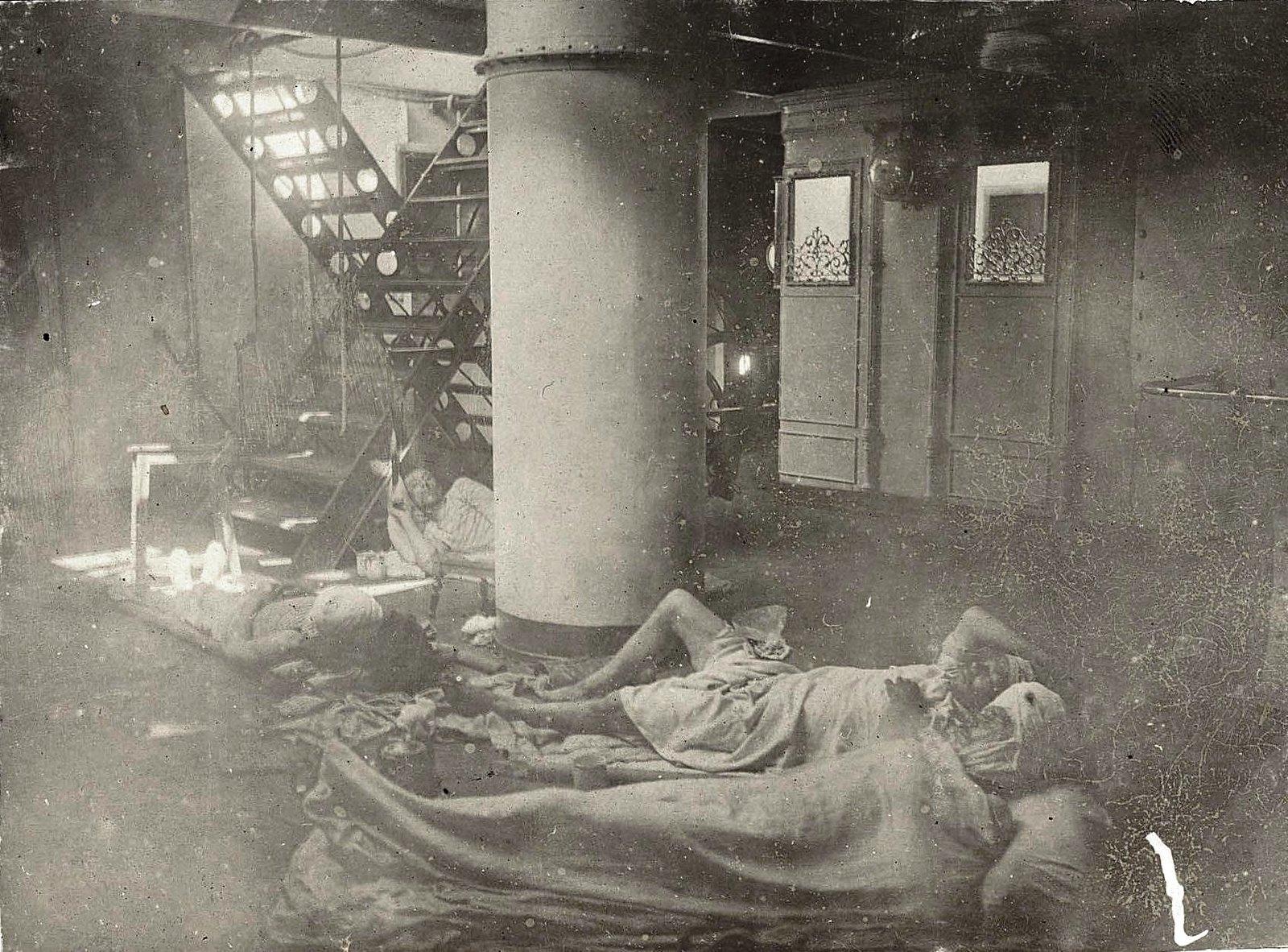 Раненые на полу внутри корабля