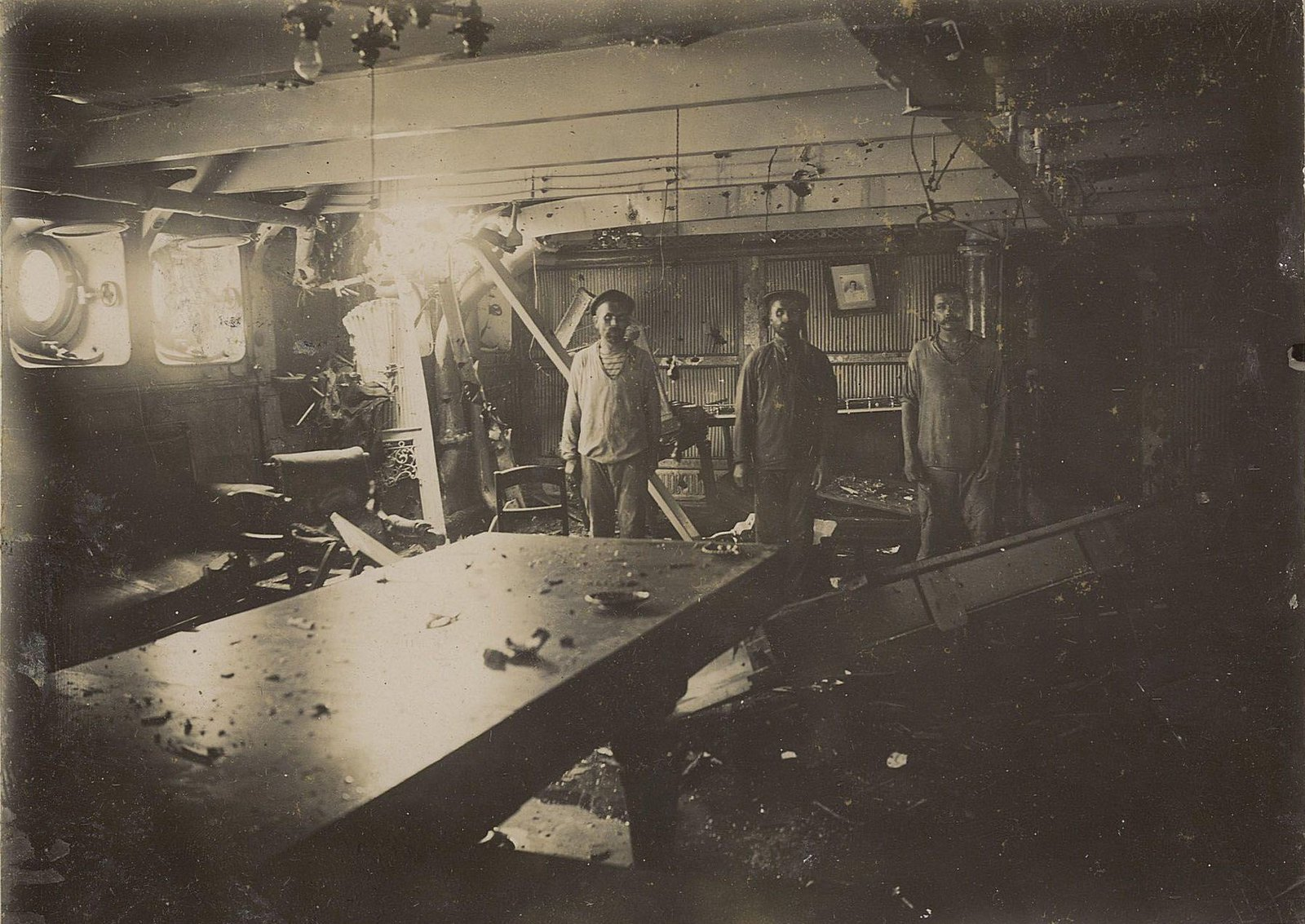 Внутреннее помещение корабля со следами военных повреждений