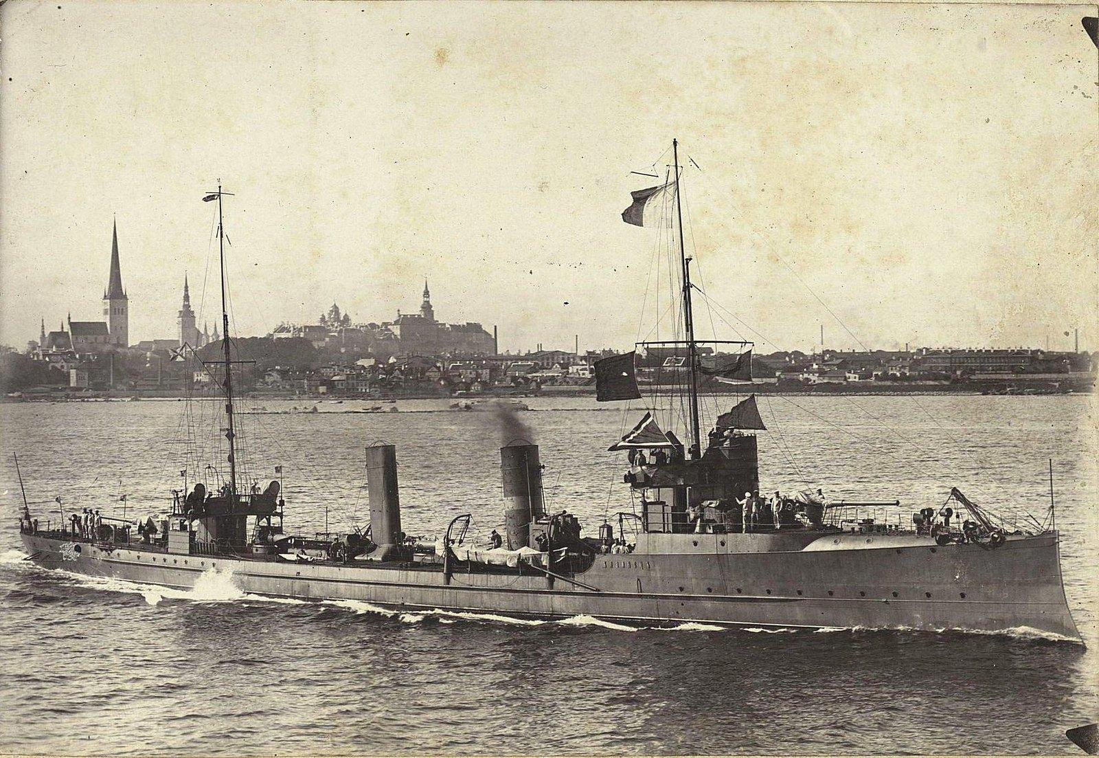 Крейсер «Казанец» в море недалеко от берега