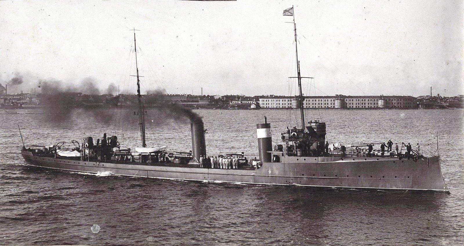 Корабль в море недалеко от берега