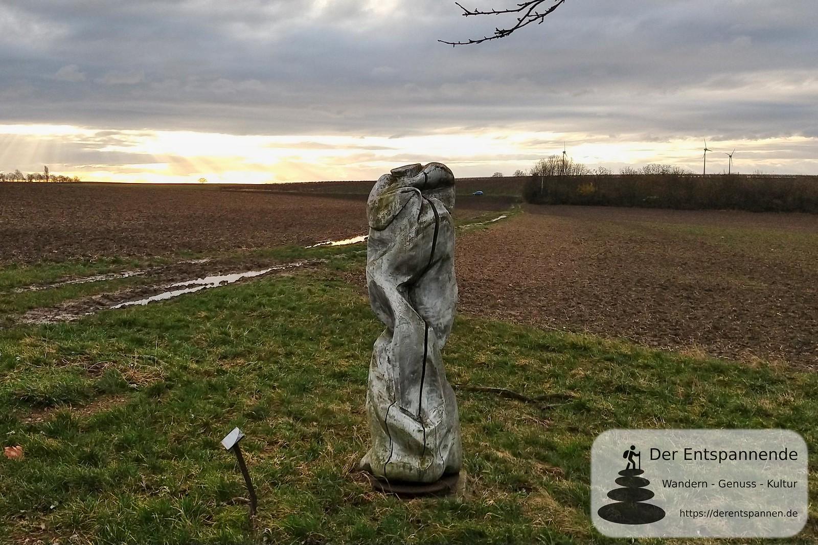 """Skulptur """"Fern ab"""" am Radweg von Selzen-Mommenheim, ehemalige Bahnstrecke Alzey-Bodenheim (Amiche)"""