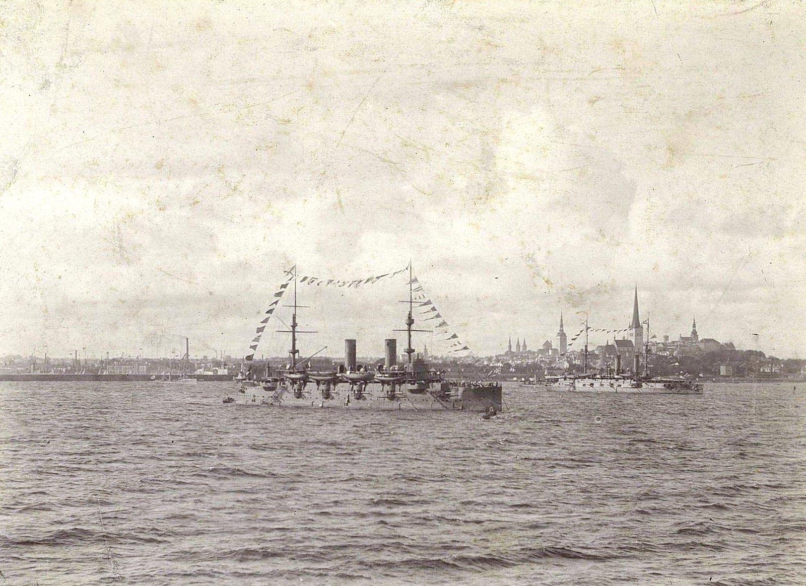 Крейсеры в море недалеко от берега