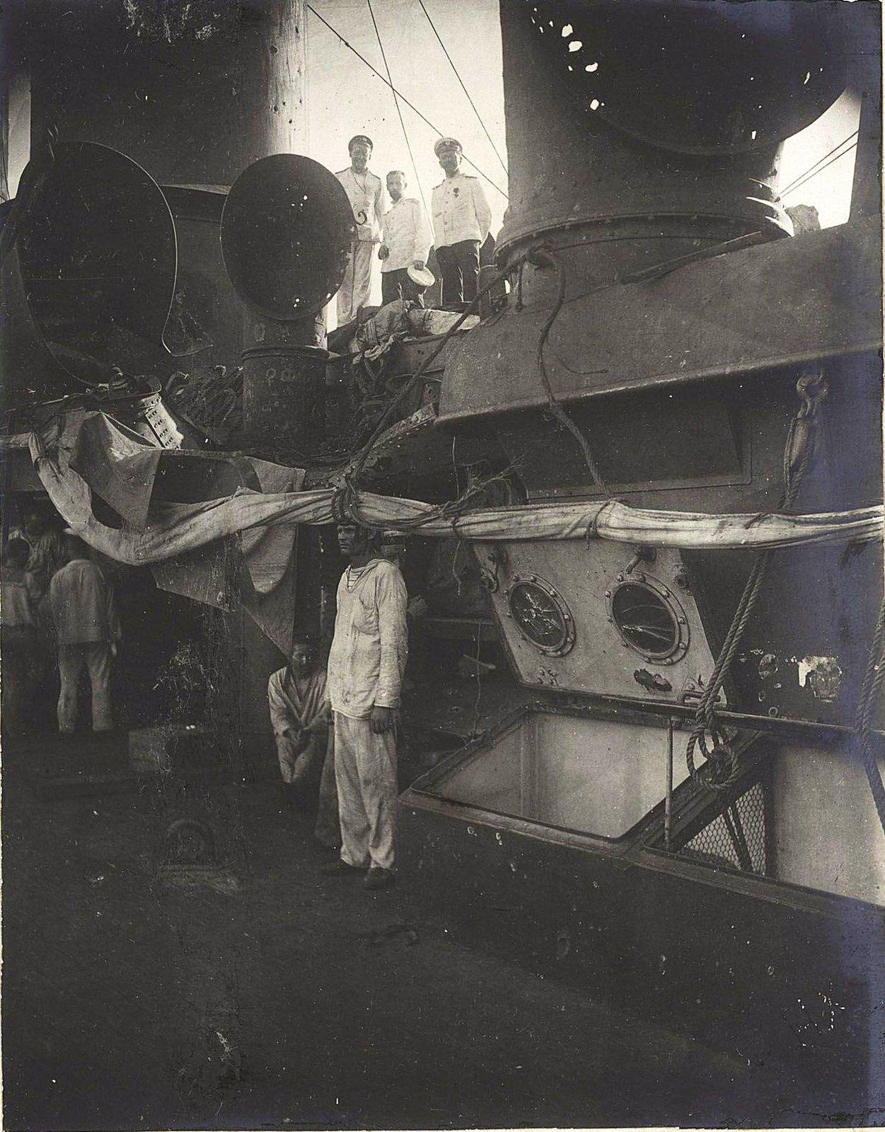 Матросы на палубе повреждённого в бою корабля1