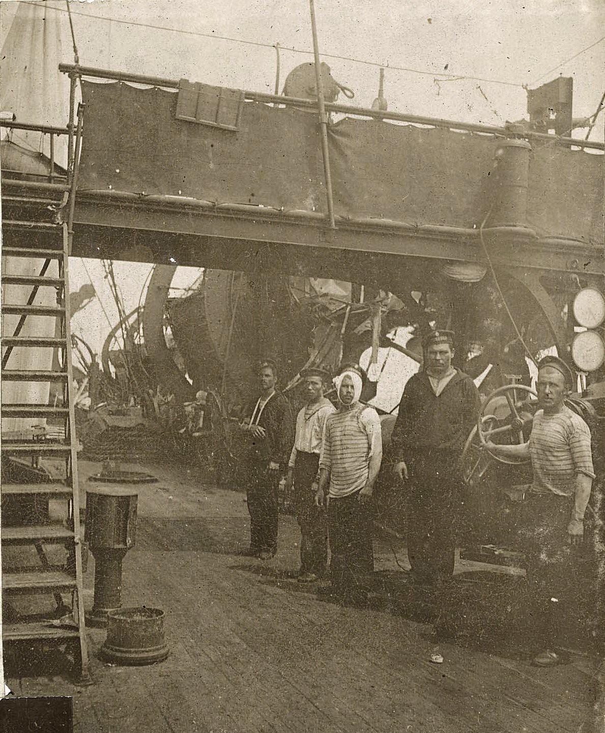 Моряки на палубе корабля