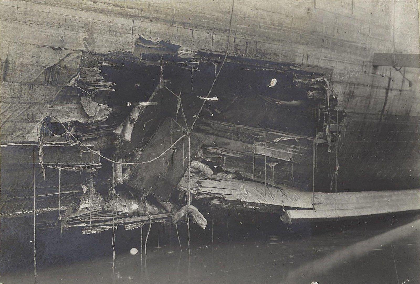 Боевое повреждение борта корабля.