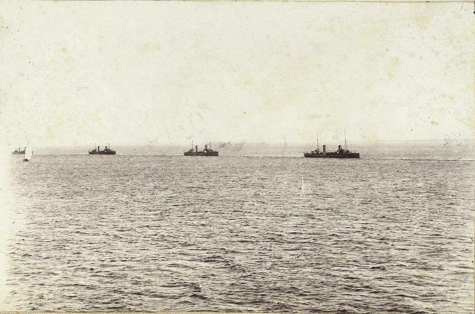 Крейсеры в море (2)