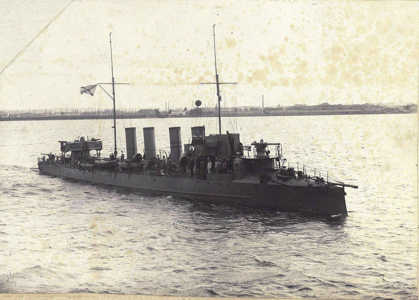 Крейсер «Деятельный» в море недалеко от берега
